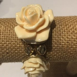 Gold tone with plastic roses stretch bracelet